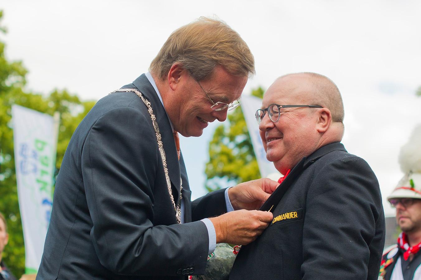 Joep Moonen (rechts) krijgt de gemeentespeld van burgemeester Stefan Huisman.