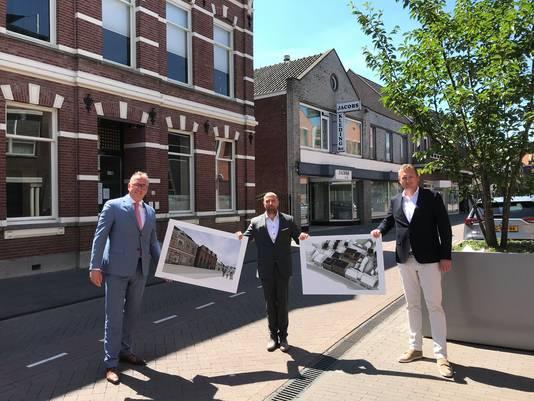 wethouder ruimtelijke ontwikkeling Patrick Kok met Pierre Hobbelen (Thuisvester) en Wijnand van der Velden (projectontwikkelaar Somnium Real Estate) voor de panden aan de Molenstraat 25-27.