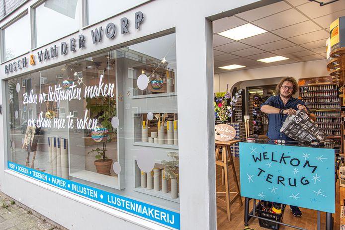 Erwin van der Worp, eigenaar van kunstenaarsbenodigdheden Busch en Van der Worp aan de Vechtstraat in Zwolle bereidt de winkel voor om vanaf woensdag weer voorzichtig klanten goederen op te laten halen in de winkel.