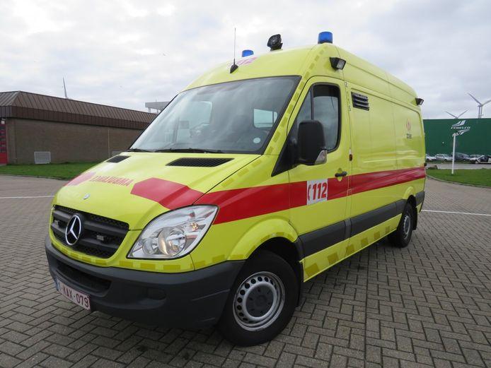 Een ambulance bracht de twee naar het ziekenhuis.