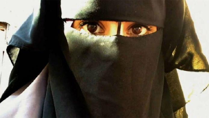 Angela B. uit Soesterberg hult zich, sinds ze koos voor de radicale islam, in een nikab