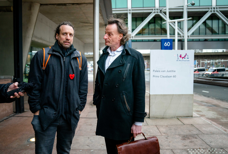 Willem Engel en jurist Jeroen Pols (R) bij het gerechtshof waar de Nederlandse staat het hof heeft gevraagd de uitspraak van de rechter over het opheffen van de avondklok te schorsen. Beeld ANP