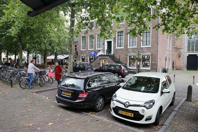 Auto's op de Markt zijn binnenkort helemaal verleden tijd, als het aan de VVD, GroenLinks en PCG ligt.
