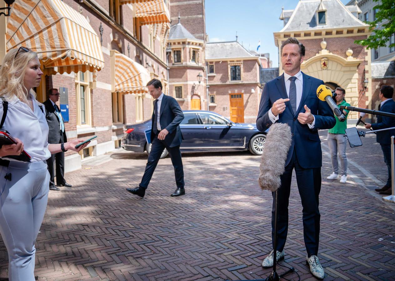 Demissionair minister Hugo de Jonge van Volksgezondheid, Welzijn en Sport na overleg over corona. Op de achtergrond loopt demissionair premier Mark Rutte naar binnen bij het Ministerie van Algemene Zaken.