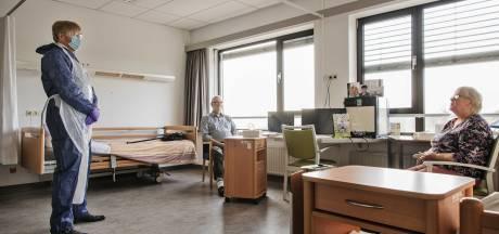 Koning verrast Jan (81) en Adry (82) uit Made bij bezoek aan corona-afdeling in Breda