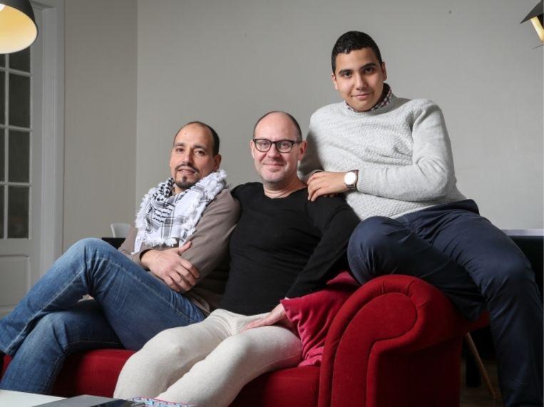 'Met redder Hassan (links) en Oussama (rechts), die Walter Benjamin in het ziekenhuis kwam bezoeken: 'De wereld is niet zwart-wit.' Beeld