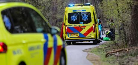 Fietser raakt zwaargewond in bos bij Ugchelen en wordt met traumaheli naar ziekenhuis overgebracht