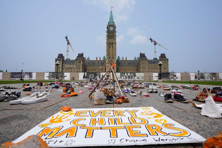 Een herdenkingsplek voor de overleden inheemse kinderen bij het Canadese parlementsgebouw in Ottawa. Beeld AP