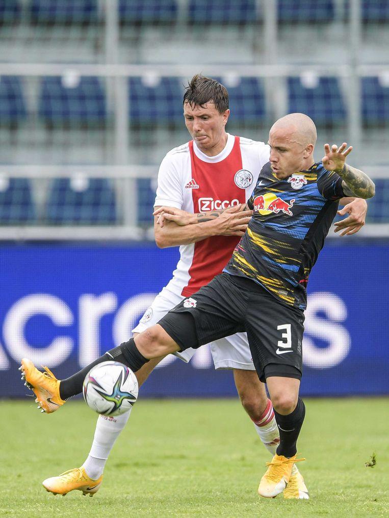 Steven Berghuis in duel met Jose Angel Esmoris Tasende (Angelino) van RB Leipzig. Beeld ANP