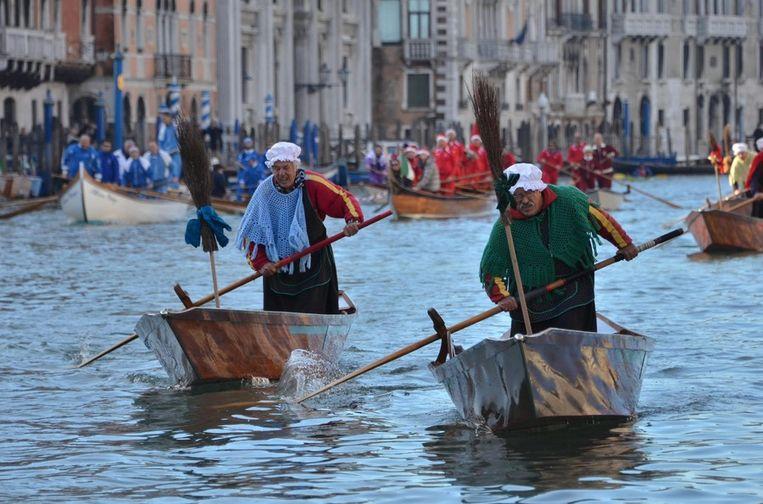 In Venetië wordt Driekoningen gevierd met een roeiwedstrijd. <br /><br />Op 6 januari wordt op veel plaatsen in de wereld Driekoningen, of de Epifanie, gevierd. Volgens de Bijbel zagen de Wijzen uit het oosten op deze dag een opgaande ster en gingen daarop de koning der Joden zoeken. Ze kwamen in Bethlehem en vonden daar Jezus. In veel Zuid-Europese landen is Driekoningen een vrije dag. Beeld epa