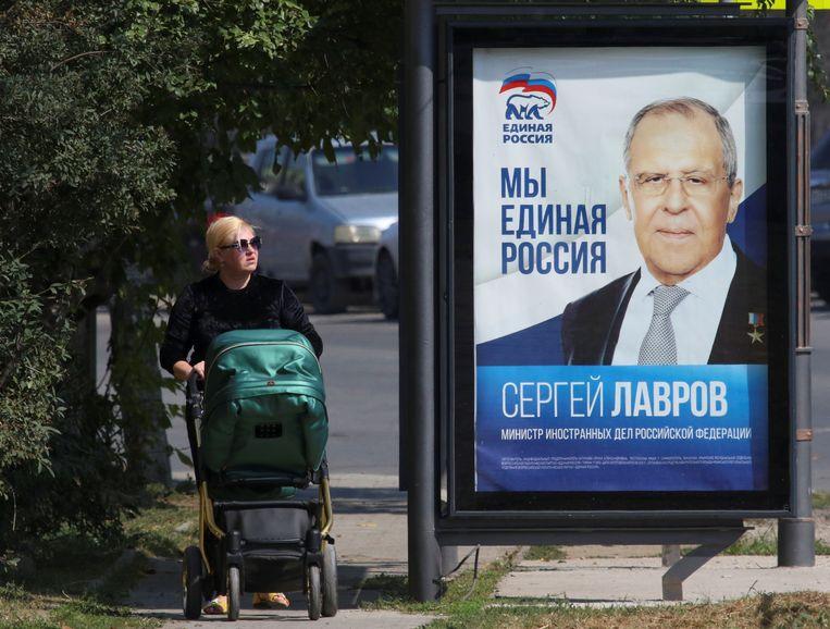 Een campagneposter met de Russische minister van Buitenlandse Zaken Sergei Lavrof in Sebastopol op de Krim, waar binnenkort regionale verkiezingen zijn. Beeld REUTERS
