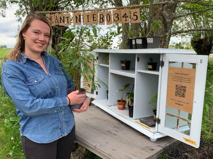 Naomi Abbel is een liefhebber van kamerplanten en zette haar plantenbieb op om 'zieke' plantjes in te zamelen en te proberen op te knappen. Wie wil kan daar z'n plantje ruilen.