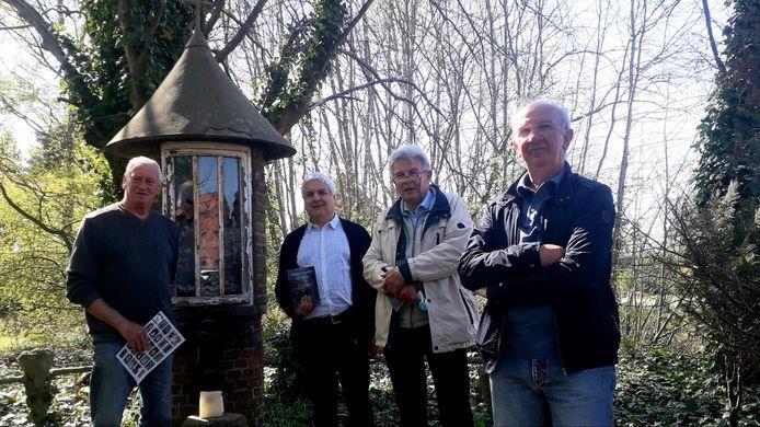 Bestuursleden van Herentaldum bij één van de verscholen kapelletjes op de zoektocht.