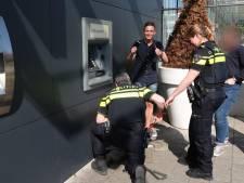 Politie met breekijzer voor Rabobank in Breda, man mag gevallen pasje niet zelf onder pinautomaat opvissen