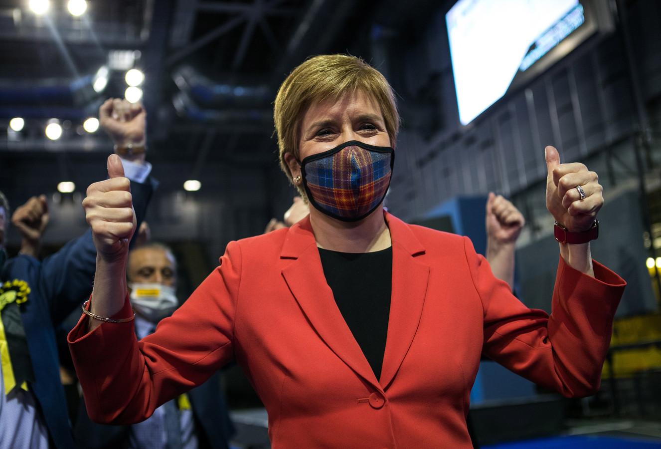 Premier Nicola Sturgeon van Scottish National Party (SNP) reageert tevreden met de eerste verkiezingsresultaten.