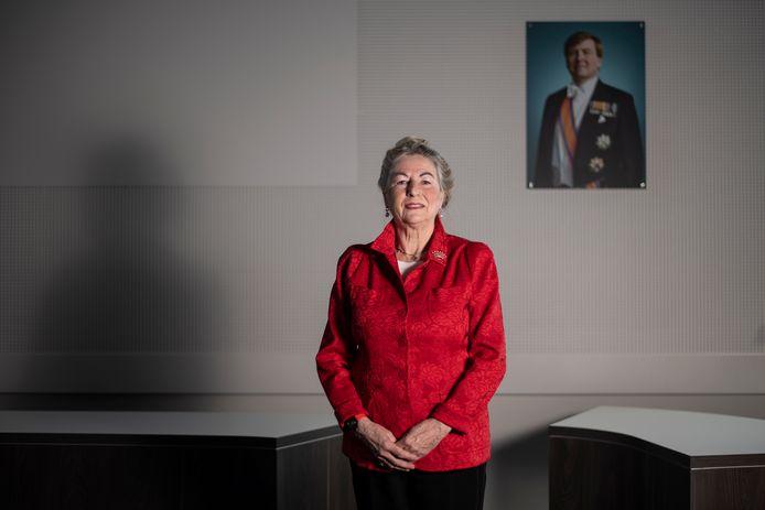 Mechteld ten Doesschate, barones van Hardenbroek van Ammerstol in de raadszaal van het gemeentehuis in Groesbeek.