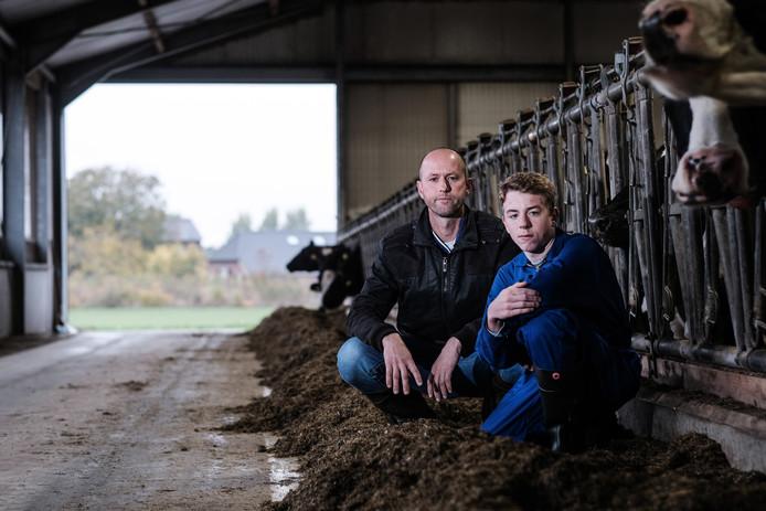 Roland Beulink boer met 13-jarige zoon in de moderne stal in Zelhem. Ook Beulink is slachtoffer van de blunder met fosfaatrechten.