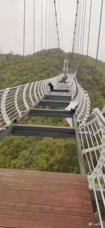 Le plancher de verre du pont suspendu s'est brisé, laissant un touriste livré à lui-même au beau milieu de l'installation.