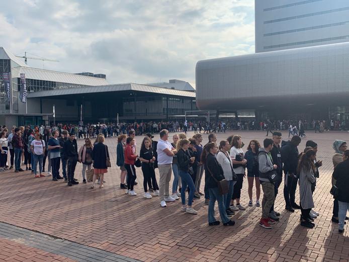 Voor de RAI stond donderdag een meterslange rij met tieners.
