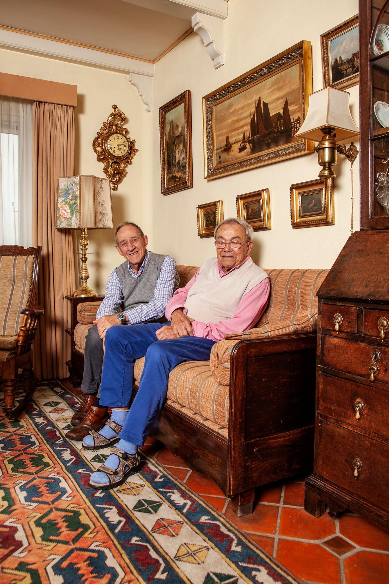 Herman (l) en Cees Bletz in hun huis aan de Schellingwouderdijk.  Beeld Ernst Coppejans
