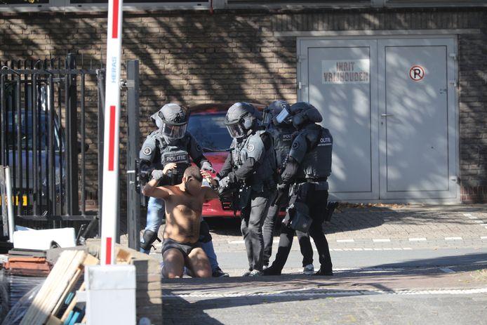 Man gearresteerd door anti-terreureenheid in Telexstraat.