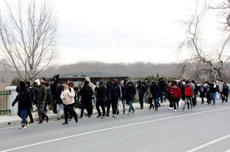 Migranten op weg naar de grenspost Pazarkule in de Turkse provincie Edirne nabij de grens met Griekenland.