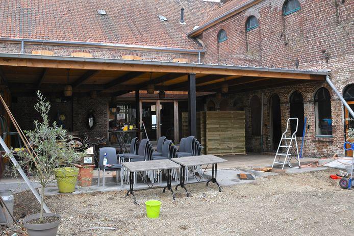 Het terras is eigen werk. Er ligt buiten een nieuwe vloer en er komt later nog een glazen wand die open kan staan.