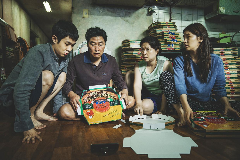 De film 'Parasite' gaat over een arme Koreaanse familie die zich door een rijk gezin laat inhuren als personeel. Beeld RV