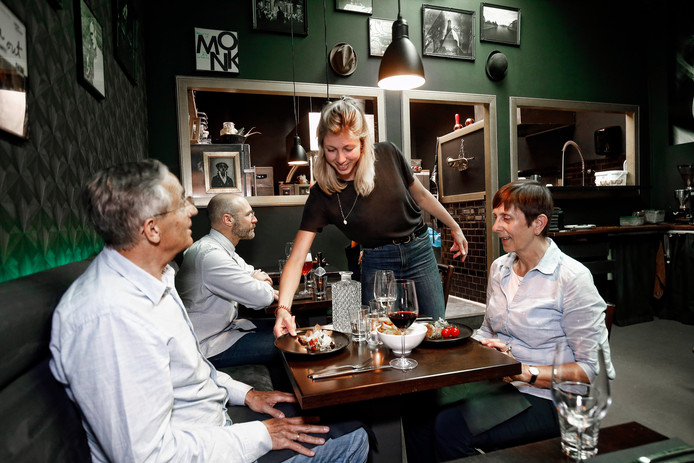 Het interieur van Noir in Utrecht ademt jazz-sfeer. Na binnenkomst eerst plaatjes kijken, dan eten en drinken.