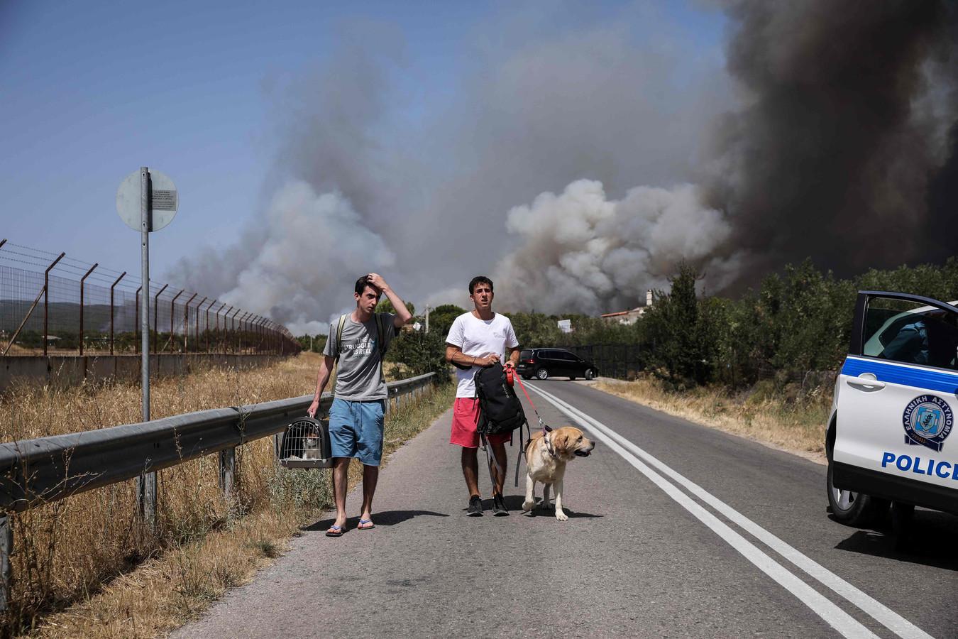 Bewoners vluchten uit de buitenwijk Varympompi in de gemeente Acharnes, ten noorden van Athene.