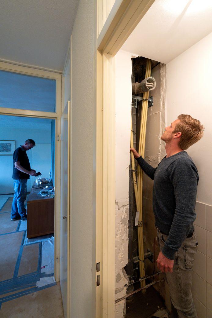 Tim van den Berg controleert de renovatie van de standleidingen in een van de appartementen.