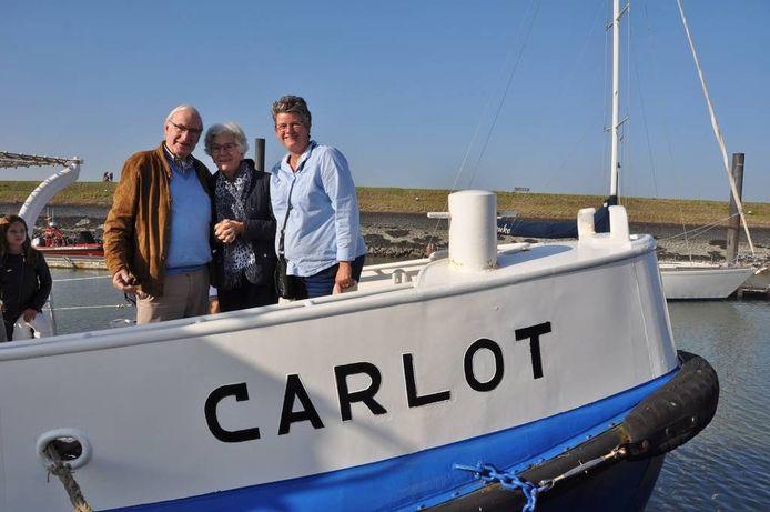 Cees, Magda en Carlot Alewijnse op het schip dat in 1961 het leven redde van het nog jonge gezin Alewijnse.