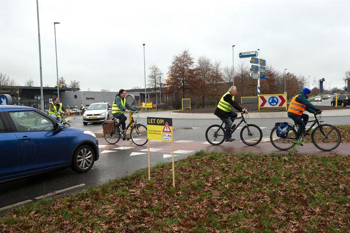 Karel Berkhuysen van de fietsersbond neemt na een ongeluk in december 2020 zelf poolshoogte op de rotonde die de Energieweg en de Mercuriusstraat met elkaar verbindt. Archieffoto: Theo Kock