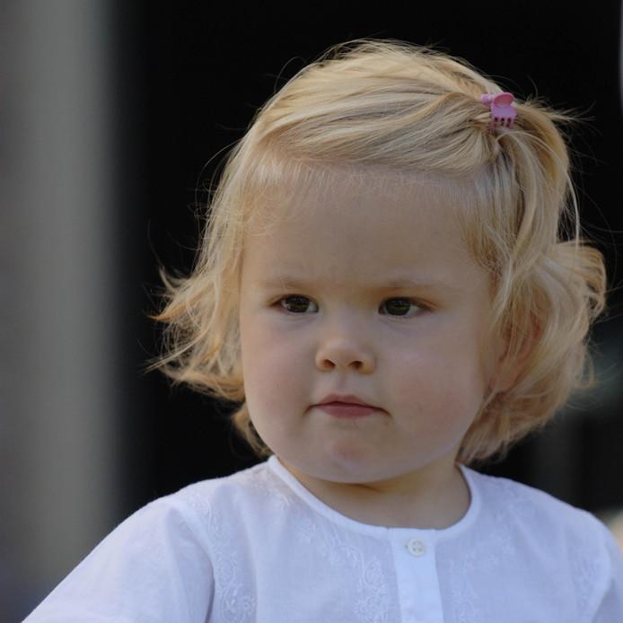 2005: Amalia is hier twee jaar oud. De foto is gemaakt tijdens een fotosessie op de Eikenhorst, op 17 juli 2005.