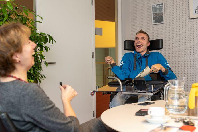 Jelle van Wirdum en burgemeester Margo Mulder hebben plezier tijdens het door Jelle afgenomen interview.
