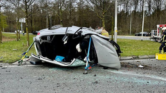 Een zwaar beschadigde auto na het ongeluk in Oldenzaal.