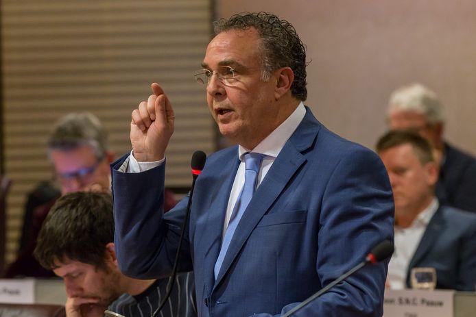 William Dogger tijdens het debat op het miljoenentekort op de zorg in Zwolle, zijn laatste wapenfeit als oppositieman. Hij is nu wethouder namens Swollwacht.