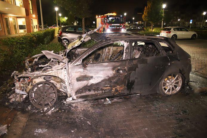 De aan de Zijderupsvlinderlaan geparkeerde auto brandde volledig uit.