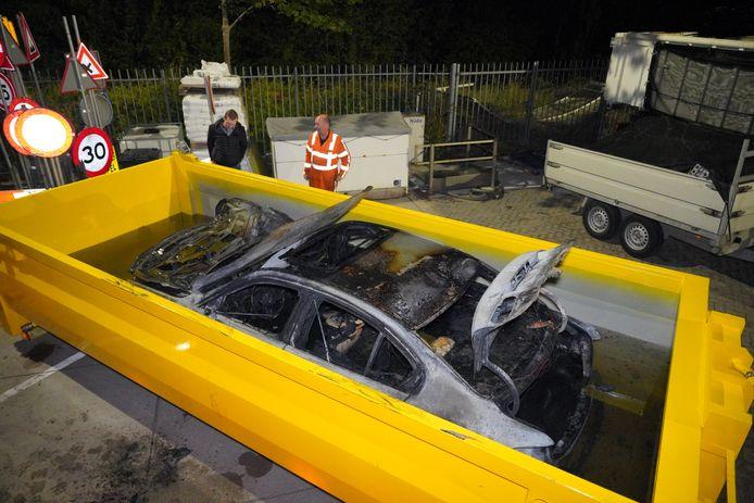 De brandende hybride auto kon pas worden geblust doro hem helemaal onder te dompelen in een bak met water in Druten.