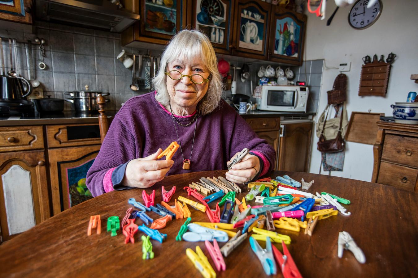 Mechel Goddefroy met haar verzameling wasknijpers in Helmond.