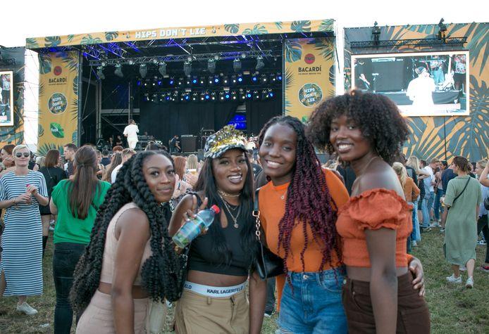 Feestje op Hips Don't Lie, onder meer voor The Voice-winnares Grace (tweede van rechts) en haar vriendinnen.