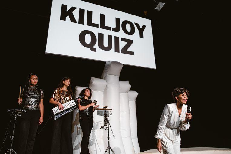 Uit de voorstelling 'Killjoy Quiz', niet altijd zo prettig als het lijkt. Beeld Michiel Devijver