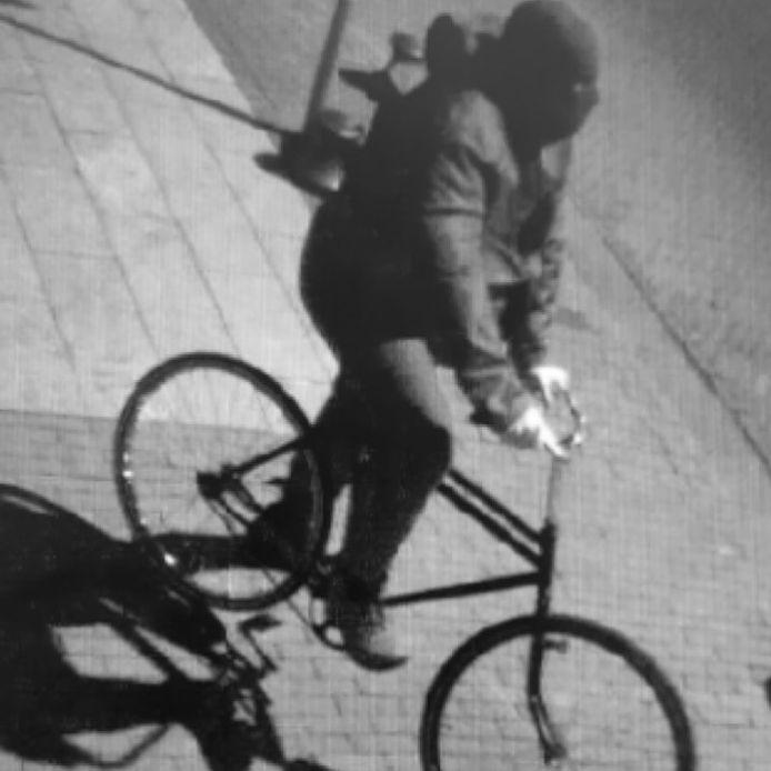 De man die met behulp van een opvallende fiets 188.000 euro kon buitmaken bij een juwelier in Lelystad.