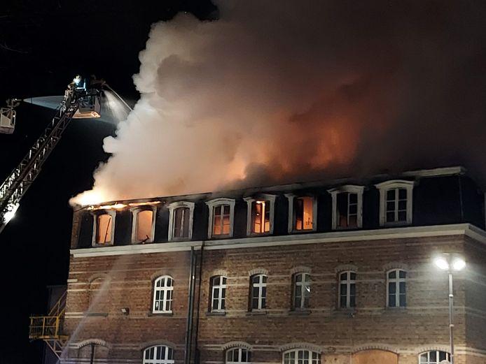 Het voormalige gebouw van KTA De Panne, intussen Atheneum Calmeyn, staat volledig in lichterlaaie.
