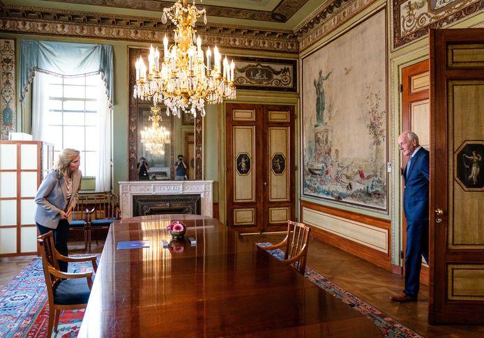 Johan Remkes krijgt van Kamervoorzitter Vera Bergkamp de opdracht om als informateur op zoek te gaan naar een nieuw kabinet.