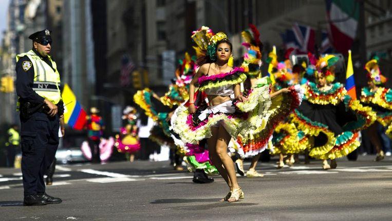 Een New Yorkse politieagent houdt een oogje in het zeil tijdens de jaarlijkse Hispanic Day Parade, afgelopen zondag. Beeld reuters