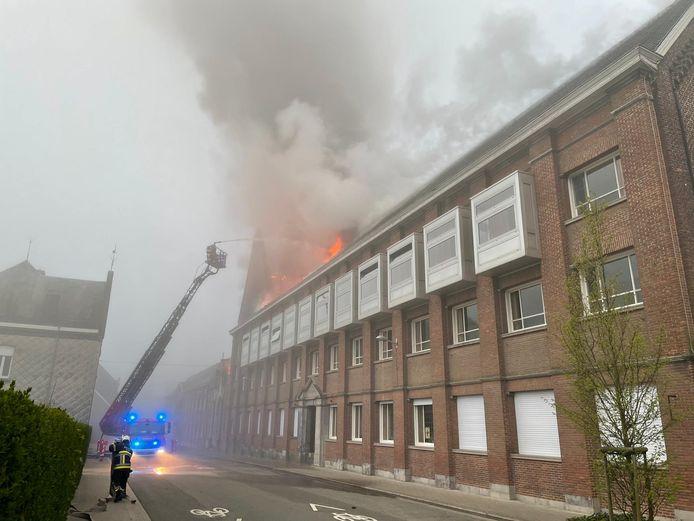 Tientallen brandweerlieden zijn ter plaatse en blusten vanuit de ladderwagen op het vuur.