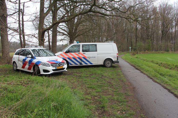 Nederlandse politieauto's net voor de groene grens, waarachter in het boegebied bij het Zwillbrocker Venn wordt gezocht.