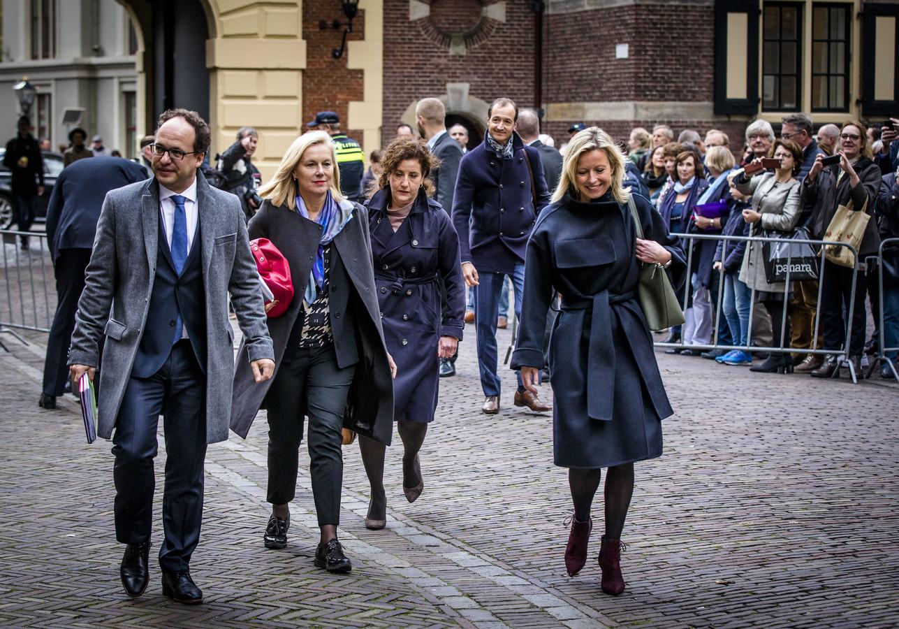 Minister Sigrid Kaag voor Buitenlandse Handel en Ontwikkelingssamenwerking (tweede van links) en minister Kajsa Ollongren van Binnenlandse Zaken en Koninkrijksrelaties (rechts) zijn de meest getipte kandidaten om lijsttrekker te worden voor D66.