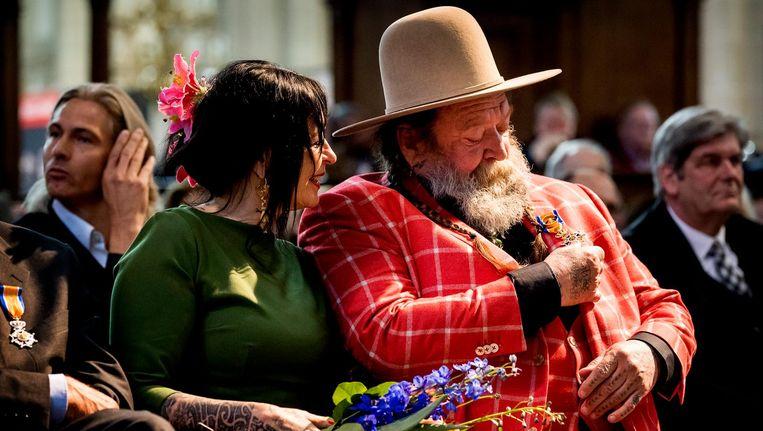 Henk Schiffmacher en zijn vrouw Louise bij de lintjesregen in De Nieuwe Kerk. Beeld anp